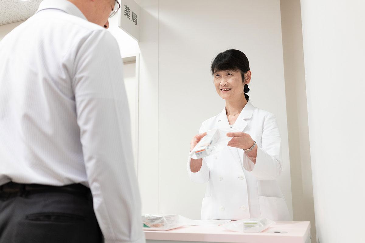 業務風景写真:患者様への薬剤手交シーン